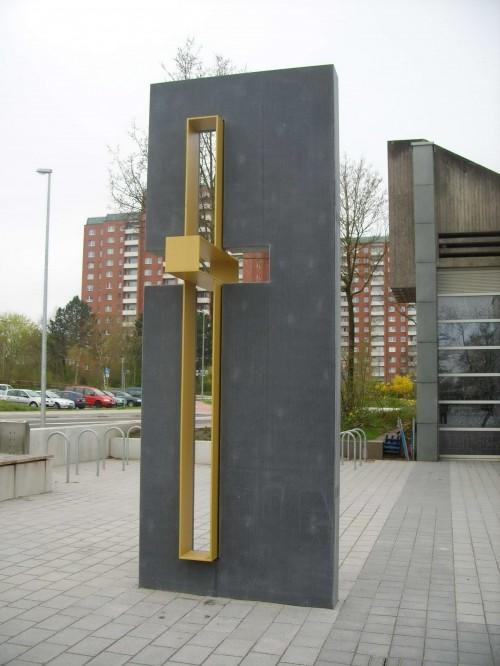 Крест у здания экуменического центра