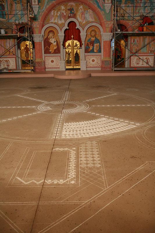 С помощью маркера нанесен проект центральной части мозаики