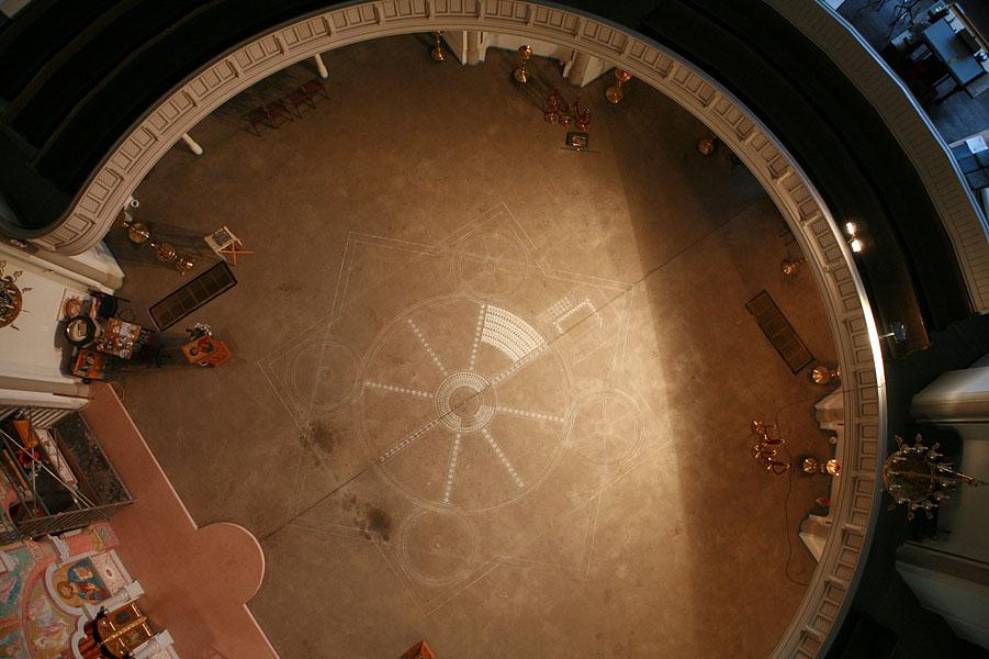 Фотографу пришлось забраться на купол, чтобы проект можно было увидеть с высоты птичьего полета